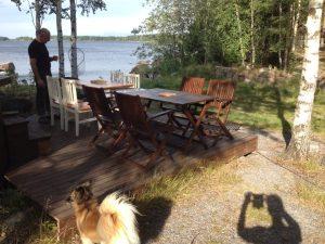 När inte terrassbordet räcker till för Familjen får man ta ut köksbordet :)