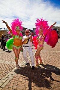 Allt har sin tid, men visst saknar jag det här... att vara med och dansa samba under sambakarnevalen i Helsingfors. Det här var för... tre år sen?