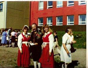 17 år. På sångfest i Nedervetil i lånad Kvevlaxdräkt.