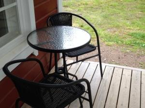 Jag är väldigt förtjust i det här lilla bordet och i stolarna. Det är också lätt att flytta det här möblemanget vartsomhelst på tomten.